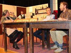Divadelní spolek ze Zdounek v těchto dnech zkouší divadelní představení U nás v Lebedově. Premiéru bude mít 22. října.