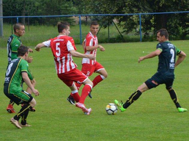 Fotbalisté Hulína (v červenobílých dresech) zakončili letošní třetiligovou sezonu porážkou v Petřkovicích 1:3. Foto:
