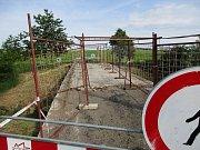 Opravu mostu v místní části Drahlov naplánovala na letošek kroměřížská radnice. Most stojí na polní cestě, kterou využívají převážně zemědělské stroje, je ale v havarijním stavu: radnice jej proto uzavřela pro veškerou dopravu i chodce