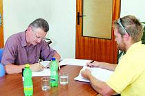 Starosta Morkovic Pavel Horák (na snímku vlevo) při nedávném podpisu smlouvy o dílo se zástupcem dodavatelské firmy z Kroměříže.