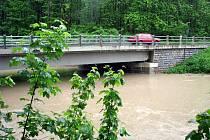Hladiny vodních toků kolem Chropyně se nebezpečně zvedají. V Chropyni a její místní části Plešovec se už proto připravují na evakuaci.