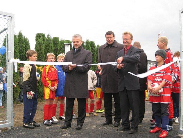 Slavnostní pásku nově zrekonstruovaného hřiště v Chropyni přestřihl ve středu 17. září 2008 se starostou města i hejtman Zlínského kraje Libor Lukáš.
