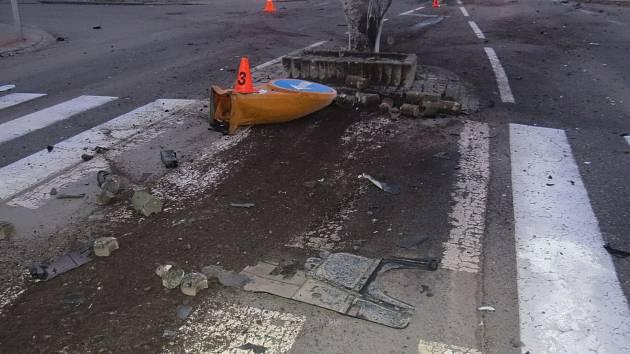 Poničený ostrůvek v Hulíně poté, co na něj 1. 1. 2020 najela nepozorná řidička.