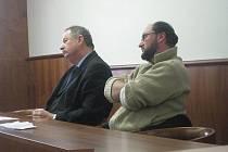Obžalovaný David Tomášek (na snímku vpravo) byl ve stavební spořitelně oblastním vedoucím.