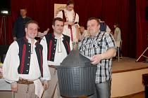 Na šestém ročníku koštu domácích pálenek v Zástřizlech bylo k ochutnání 211 vzorků slivovice.
