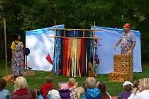 V Podzámecké zahradě v Kroměříži se hrálo tradičně v neděli divadlo. Loutkové předsatvení ocenily jak děti, tak rodiče. Slunečné počasí přilákalo hodně lidí.