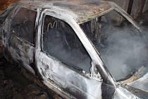 Nadále v šetření hasičů i policie zůstává požár osobního auta Ford Escort, které v sobotu 30. ledna čtrnáct minut po jedenácté večerní lehlo popelem v Cetechovicích.