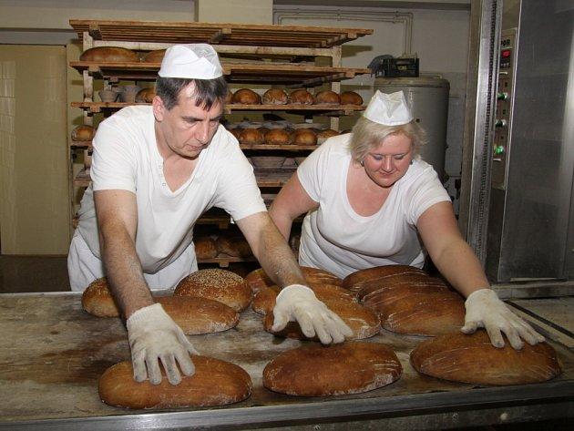Už dvacet dva let peče rodinná firma Františka Králíka v Třeběticích domácí žitno-pšeničný chléb.