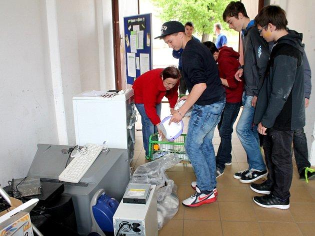 Tercie B kroměřížského gymnázia sbírala elektroodpad.