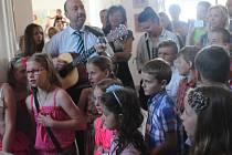 Žáci Základní školy Zámoraví v Kroměříži se ve čtvrtek rozloučili se svou školou, páťáci už nadobro.
