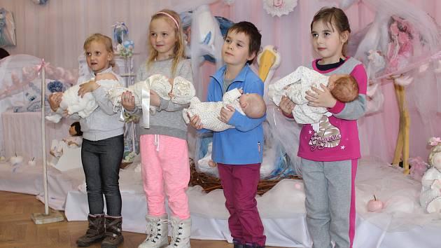 Monika Chmelařová sbírá panenky už 23 let a za tu dobu nashromáždila asi tiřináct set různých exponátů. Část sbírky vystavila v koryčanském kulturním domě.
