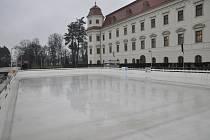 Navzdory bezmála jarnímu počasí si lidé v regionu mohou užít i bruslení pod širým nebem. V Holešově je totiž od čtvrtka 11. ledna plně v provozu kluziště u tamního zámku.
