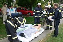 V Holešovském centru pro seniory se v úterý o půl desáté uskutečnilo cvičení jednotek hasičského záchranného sboru a sboru dobrovolných hasičů.