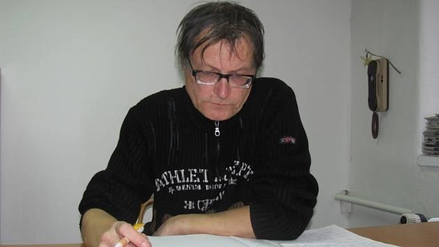 Na fotografii regionální básník Zbyněk Němeček z Kroměříže.