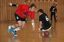 David Petrovčín (v červeném) mohl slavit se svými spoluhráči vítězství v I. lize.