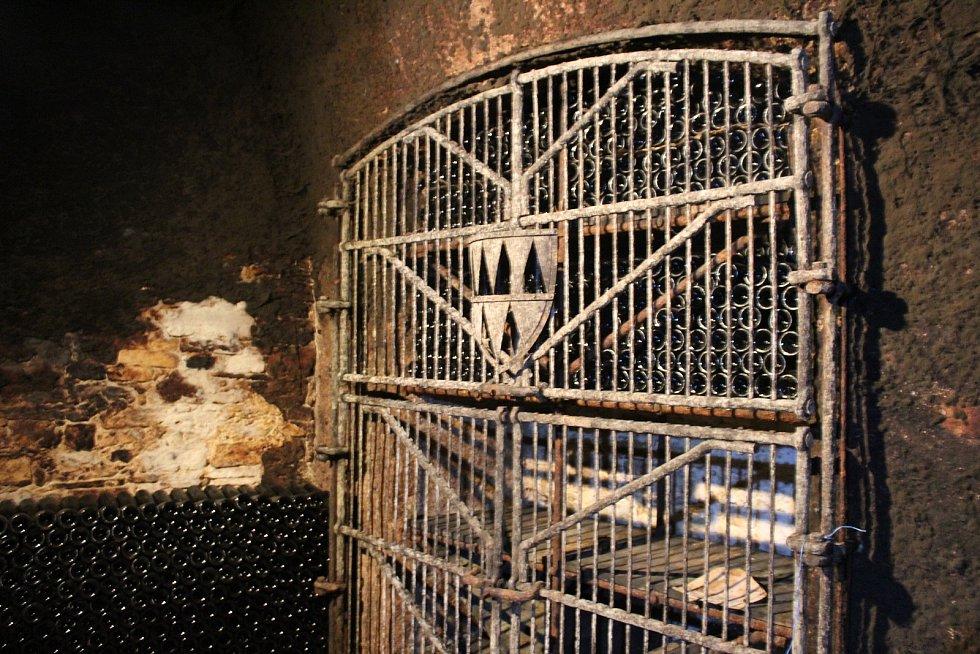 ZAMŘÍŽOVANÉ LAHVE. Ve sklepech se každoročně lahvuje něco mezi 80 - 120 tisíci litry vína.