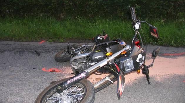 Motorkář nezvládl předjíždění, těžce si zranil hlavu i hrudník,