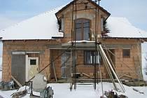 Zasíťované pozemky prodala obec výhodně, lidé musí začít se stavbou nejpozději do prosince.
