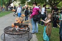 Pálit čarodějnice a soutěžit dorazily do Bezručova parku v Kroměříži desítky dětí. Ve středu 30. dubna se tady od čtyř hodin uskutečnil program v režii Střediska pro volných čas Šipka.