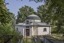 Hrobka slavné rakouské spisovatelky Marie Von Ebnerové- Eschenbachové chátrala. Nyní ji převzala kroměřížská obecně prospěšná organizace, která přislíbila snahu o její obnovu.