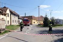 Deset lidí museli kvůli překopnuté přípojce plynu evakuovat ve středu 20.4. hasiči v Bařicích-Velkých Těšanech. Plynaři ale únik brzy zlikvidovali a k žádnému zranění naštěstí nedošlo.