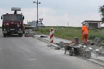 V Měrůtkách se pustili do výstaveb bezbariérových chodníků: v rámci něj bezbariérově zpřístupňují i tamní zastávku, řidiči by měli být opatrní.