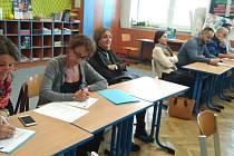 """Učitelé a ředitelé projektových škol se zúčastnili i několika náslechů ve vyučovacích hodinách ZŠ Morkovice s cílem sdílení nových metod výuky, například využití ozobotů nebo """"learning by doing""""."""