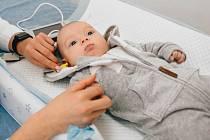 Provedení důležitého vyšetření sluchu u novorozenců umožňuje moderní přístroj MADSEN AccuScreen