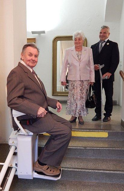 První dva svatebčané využili v minulých dnech sedačku, která byla nedávno instalována na schodišti hlavní budovy kroměřížské radnice na Velkém náměstí. Pro svatby možná poněkud netradiční zařízení má usnadnit život méně pohyblivým návštěvníkům slavnostní