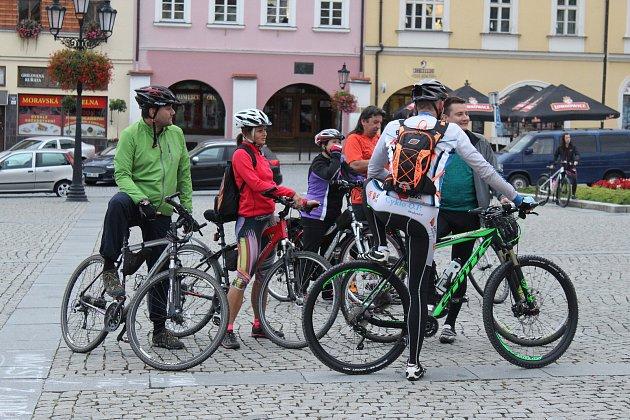 Na sedmý ročník kroměřížské večerní cyklojízdy dorazilo přes osm desítek cyklistů. Ti v doprovodu policistů vyrazili směrem k záhlinickému pivovaru.