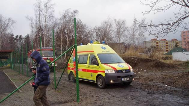 Chlapec uvízl mezi kmeny stromu, pomohli mu až hasiči