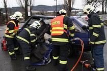 V Bystřici se srazila auta, řidiče hasiči vystříhali