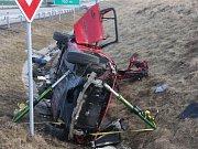 V sobotu před pátou hodinou ranní vyjížděli hasiči, policisté i záchranáři k tragické dopravní nehodě na dálnici D1 mezi Kroměříží a Hulínem. Jeden z pasažérů byl na místě mrtvý, další tři těžce zranění.