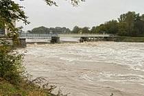 Hladina řeky Moravy v Kroměříži okolo vodní elektrárny Na Strži (14. 10. 2020, 11. hodina).