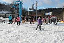 I přes to že jsou teploty nad nulou, si lyžaři o víkendu lyžování užijí. Na Stupavě jsou v provozu všechny lanovky a svahy.