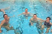 Finalisté reality show Kroměřížsko hubne tentokrát v rámci shazování kil vyrazili do krytého bazénu.