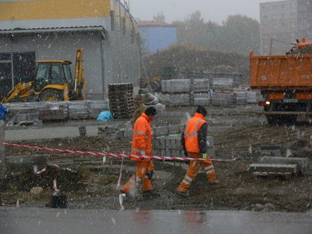 Poslední úpravy před otevřením nákupního centra v Kroměříži, které buduje plzeňská společnost InterCora. Obchody by návštěvníky měly přivítat koncem listopadu 2012.