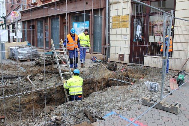 Dva týdny odkládané práce v kroměřížské Vodní ulici v pondělí konečně začaly. Jako první je nutné opravit kanalizaci, ze které prosakovala voda a nebylo tak možné bez opravy postoupit dál.