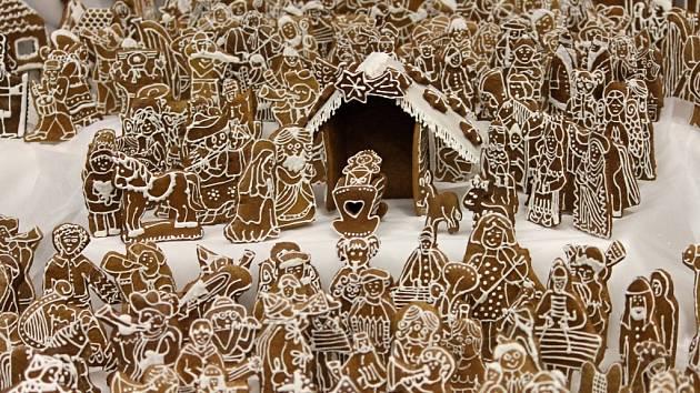 V neděli se zdounecký perníkový betlém zapsal do knihy rekordů jako největší v České republice. Sestaven je z 1255 postaviček.