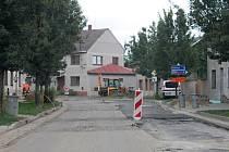 Řidičům i místním lidem v Žalkovicích komplikuje průjezd obcí těžká technika. Práce na výstavbě kanalizace se ale pomalu blíží do závěrečné etapy.