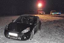Nehodu, při níž řidička nezvládla na zasněžené silnici osobní Renault, museli v pátek 6.1. řešit policisté a záchranáři nedaleko Věžek. Dvě ze tří pasažérek auta utrpěly při havárii lehčí zranění.