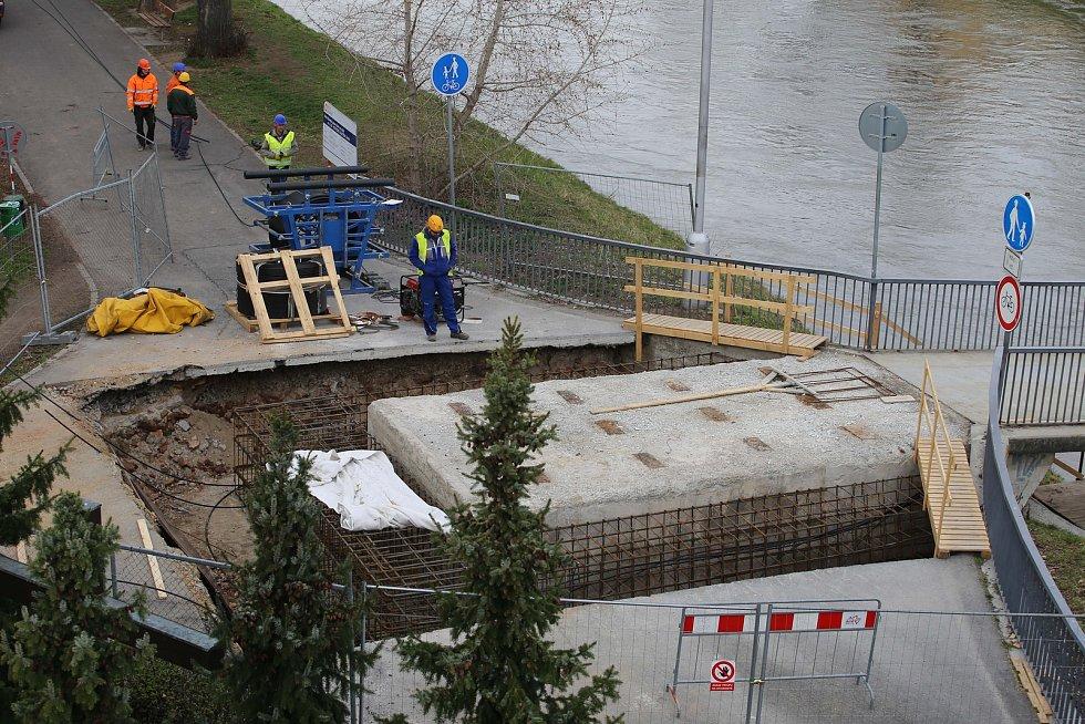 Oprava lávky přes řeku Moravu v Kroměříži.