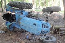 S malotraktorem se převrátil na bok