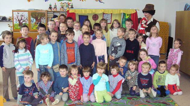 Za dětmi z mateřské a základní školy v Kostelanech jezdí divadlo Úsměv.