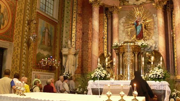 Právě patnáctého srpna před sto lety se uskutečnila korunovace sochy Panny Marie. Korunovací tehdy vrcholila obnova Svatého Hostýna. A na počest tohoto významného dne, se uskutečnila ve středu od devíti hodin ráno mše v bazilice Nanebevzetí Panny Marie