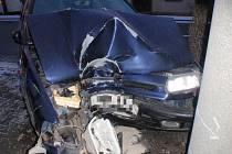 Na kluzké vozovce v Komárnu havaroval další řidič. Náledí potrápilo i hasiče