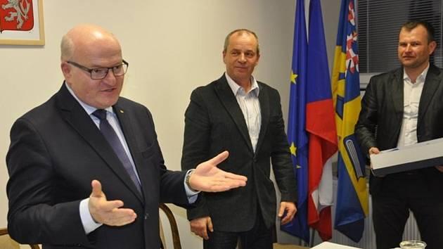 Ministr kultury Daniel Herman besedoval v sobotu 9.4. v knihovně v Ludslavicích: kromě svých knih vyprávěl třeba i o setkání s papežem Janem Pavlem II.