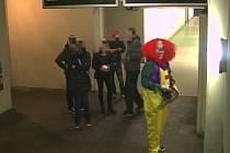 Natáčení děsivého videa s klanuem, které vylekalo minulý týden lidi na vlakovém nádraží v Hulíně, má podle policie na svědomí šestice mladých lidí.