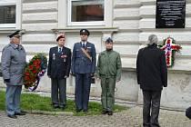 Pamětní deska na budově 1. Základní školy v Holešově připomíná od sklonku minulého týdne zásluhy šesti obyvatel města, kteří během 2. světové války sloužili v československých leteckých jednotkách Britského královského letectva RAF: právě tuto školu totiž