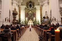 Štědrovečerní mše svatá přilákala do kroměřížského kostela Nanebevzetí Panny Marie okolo dvou set lidí.